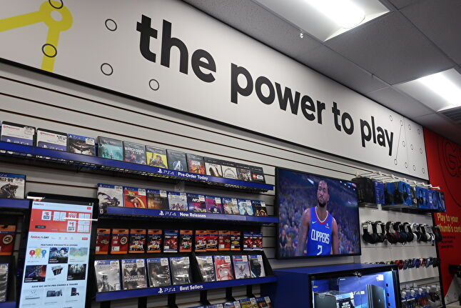 All of the GameStop concept stores have reduced the level of noise from product and advertisements, and focus on videos and trailers over posters or signs